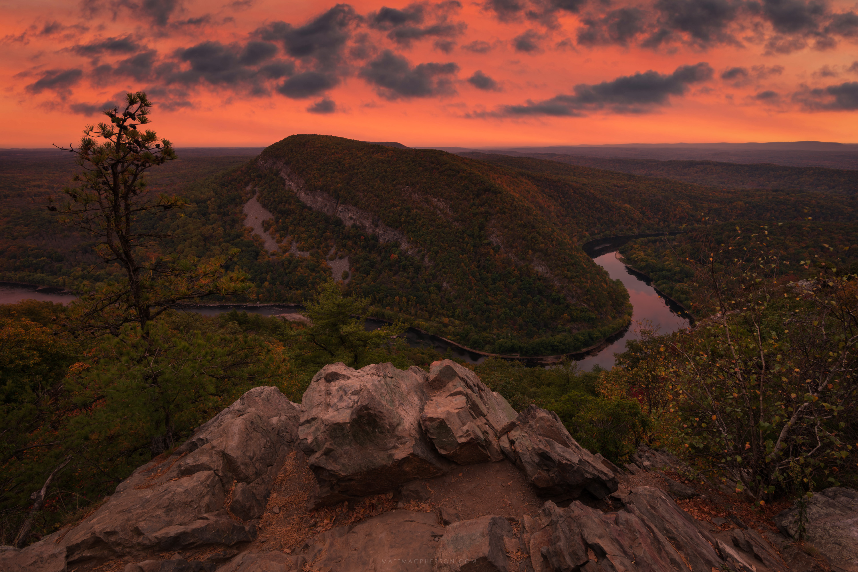 New Jersey isn't all burbs and toll roads... This is Mount Minsi at the Delaware Water Gap [OC][3000x2000]